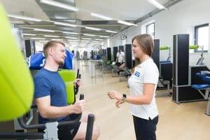 Krafttraining der Nackenmuskulatur mit Trainer
